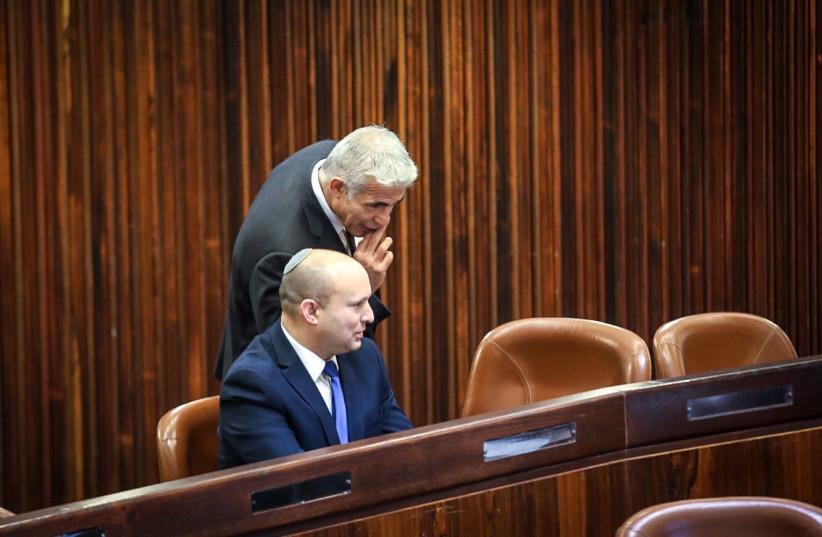 O dirigente do Yamina, Naftali Bennett, e o dirigente do Yesh Atid, Yair Lapid, no Plenário do Knesset durante as eleições presidenciais de 2 de junho de 2021.  (crédito da foto: KNESSET SPOKESMAN'S OFFICE)