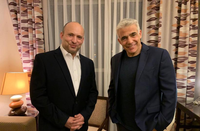 Le premier ministre présumé entrant Naftali Bennett et le chef de Yesh Atid Yair Lapid sont photographiés ensemble à l'hôtel Kfar Maccabiah à Ramat Gan après avoir annoncé la formation d'une nouvelle coalition, le 3 juin 2021. (Crédit photo: AVEC L'AUTORISATION DE YESH ATID)