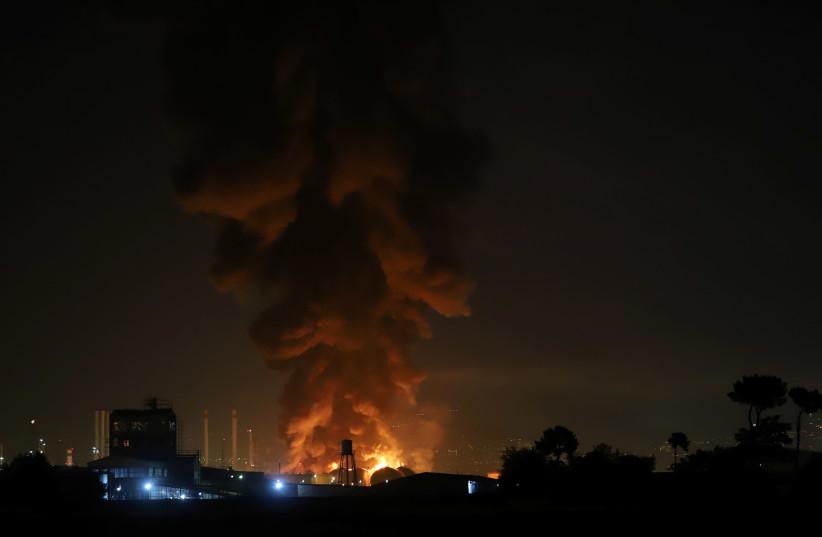 La fumée monte dans une raffinerie de pétrole à Téhéran.  (crédit photo : REUTERS)