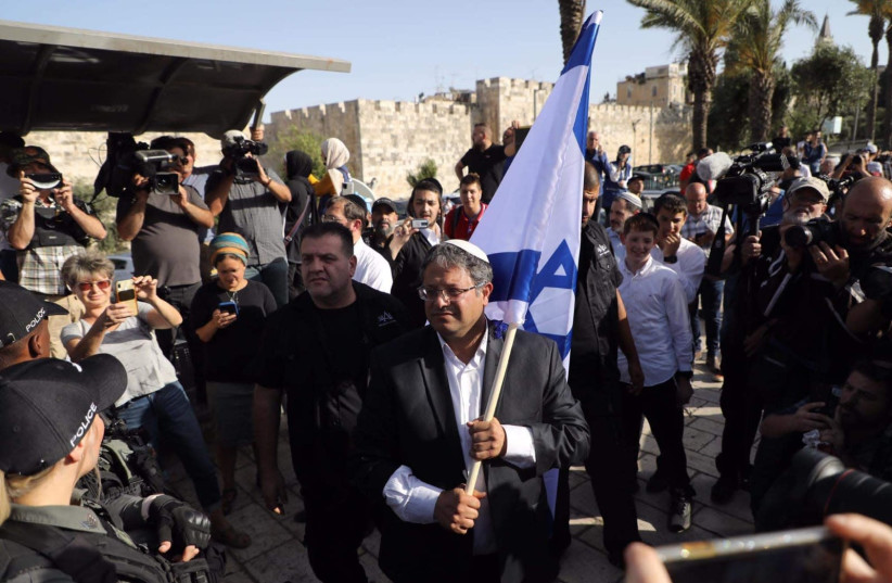 Líder de Otzma Yehudit, MK Itamar Ben-Gvir, comício fora do Portão de Damasco, Cidade Velha, Jerusalém, 10 de junho de 2021 (crédito da foto: MARC ISRAEL SELLEM / THE JERUSALEM POST)