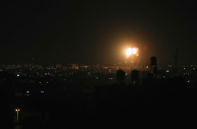 Fumaça e chamas são vistas após um ataque aéreo israelense no norte da Faixa de Gaza (crédito da foto: REUTERS / MOHAMMED SALEM)