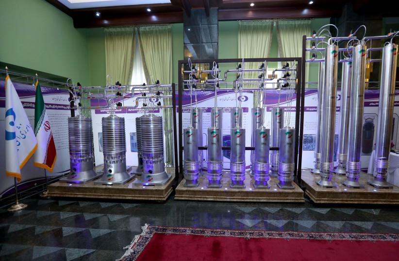 Uma série de centrífugas iranianas de nova geração são vistas em exibição durante o Dia Nacional da Energia Nuclear do Irã em Teerã (crédito da foto: ESCRITÓRIO DA PRESIDÊNCIA IRANIANA / WANA (WEST ASIA NEWS AGENCY) / HANDOUT VIA REUTERS)