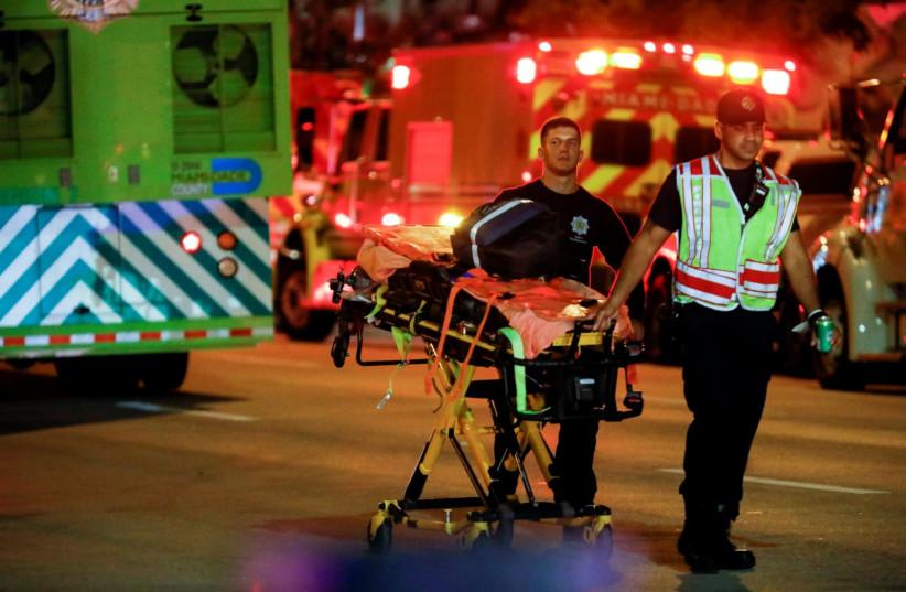 Pessoal de emergência trabalha no local de um desabamento parcial de um edifício em Miami Beach, Flórida, EUA, 24 de junho de 2021. (Crédito da foto: REUTERS / MARCO BELLO)