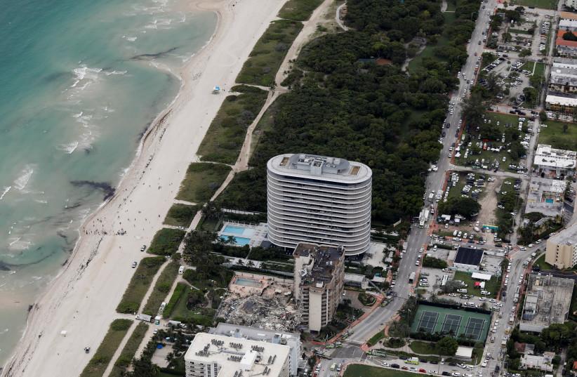 Une vue aérienne montrant un bâtiment partiellement effondré à Surfside près de Miami Beach (Crédit photo : MARCO BELLO/REUTERS)