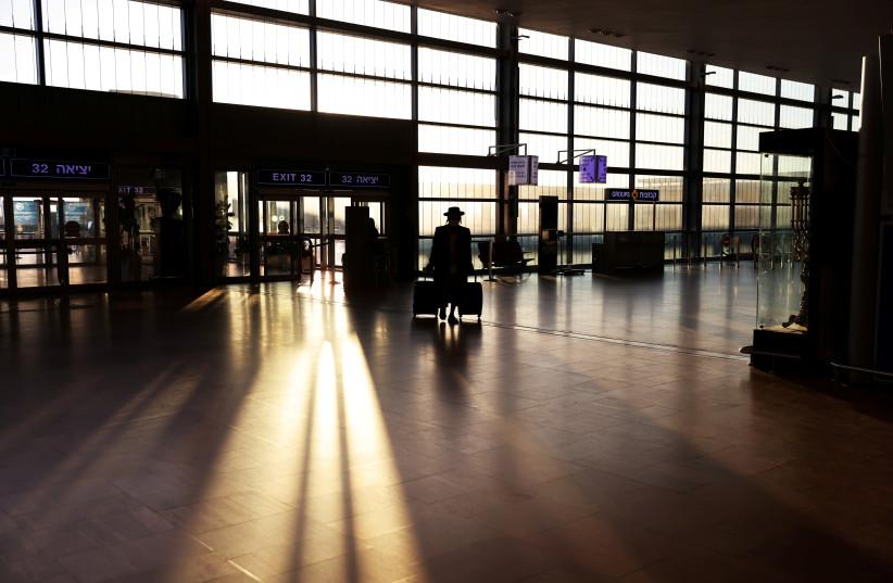 Um passageiro no Aeroporto Ben Gurion (crédito da foto: RONEN ZVULUN / REURERS)