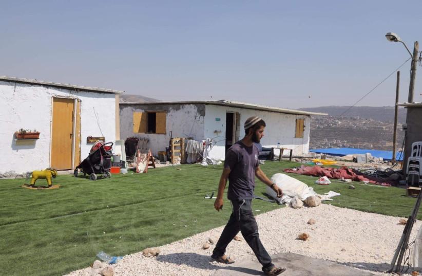 Un homme dans l'avant-poste d'Evyatar (Crédit photo : MARC ISRAEL SELLEM)