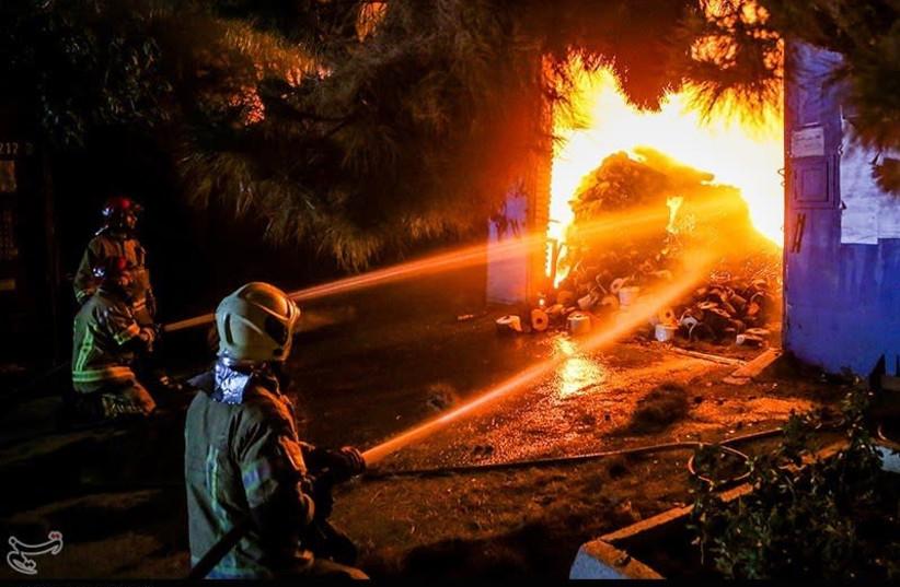 Incêndio no armazém ao longo da Karaj Special Road perto de Teerã, 5 de julho de 2021 (crédito da foto: VAHID AHMADI / TASNIM NEWS AGENCY)