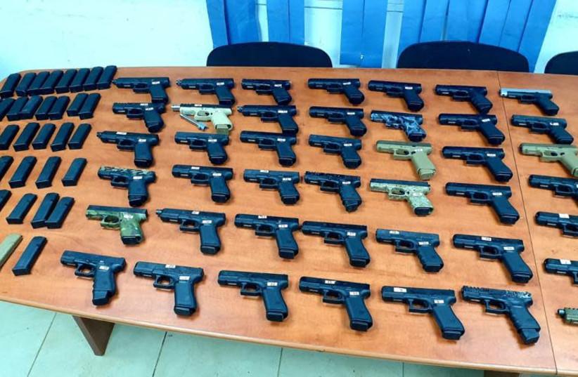 Des armes à feu qui étaient introduites en contrebande au Liban (crédit photo: ISRAEL POLICE)