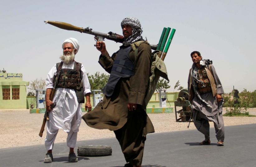 D'anciens moudjahidines détiennent des armes pour soutenir les forces afghanes dans leur combat contre les talibans, à la périphérie de la province d'Herat, en Afghanistan, le 10 juillet 2021. (Crédit photo : JALIL AHMAD/REUTERS)
