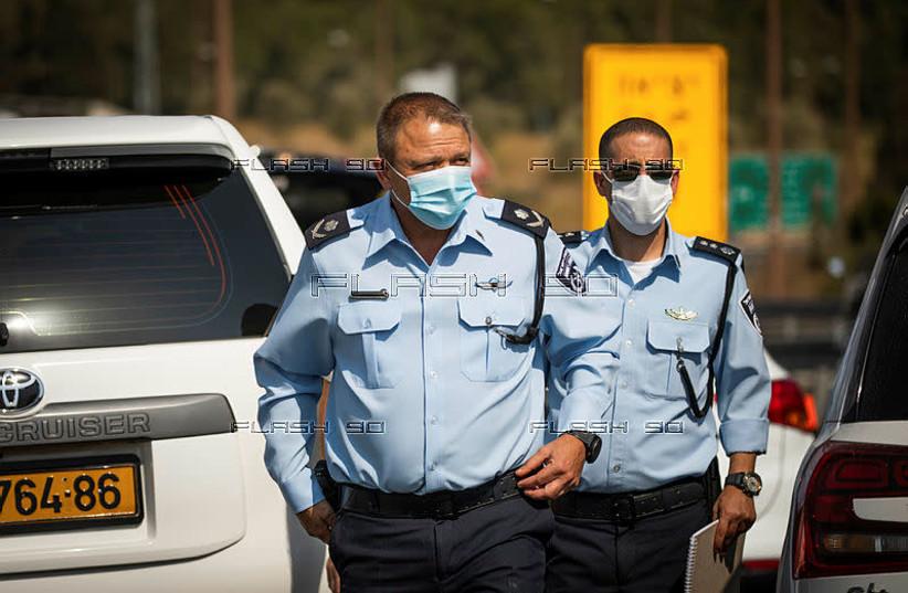 Israeli police officers wear masks (photo credit: YONATAN SINDEL/FLASH 90)