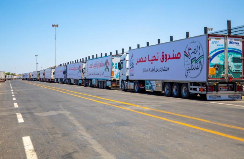 Caminhões de um comboio de ajuda carregados com suprimentos enviados pelo Long Live Egypt Fund são vistos no cruzamento da fronteira de Rafah entre o Egito e a Faixa de Gaza, nesta foto de folheto obtida pela Reuters em 23 de maio de 2021. (Crédito da foto: PRESIDÊNCIA DO EGÍPCIO / HANDOUT VIA REUTERS)