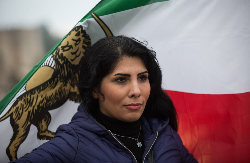La journaliste iranienne Nada Amin, qui a obtenu l'asile en Israël, a organisé une manifestation de soutien au peuple iranien et à ses protestations contre le régime iranien, à la porte de Jaffa dans la vieille ville de Jérusalem (Crédit photo: HADAS PARUSH/FLASH90)