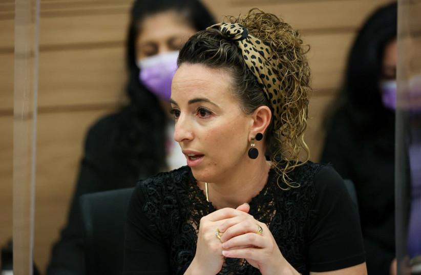 LA PRÉSIDENTE DE LA COALITION Idit Silman s'exprime lundi à la Knesset à Jérusalem.  (crédit : NOAM MOSCOWITZ/BUREAU DU PORTE-PAROLE DE LA KNESSET)
