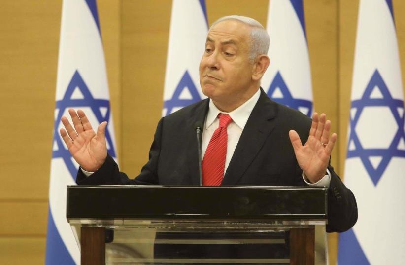 Le chef de l'opposition israélienne Benjamin Netanyahu fait des gestes à la Knesset, le 26 juillet 2021. (Crédit: MARC ISRAEL SELLEM/THE JERUSALEM POST)