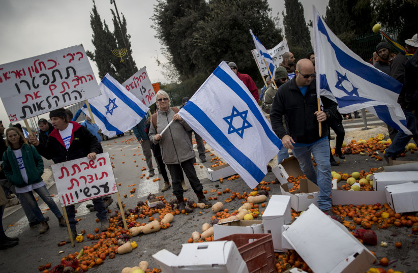 Israeli farmers are seen protesting against Benjamin Netanyahu, outside the Knesset and Finance Ministry in Jerusalem, on December 19, 2016. (photo credit: YONATAN SINDEL/FLASH90)