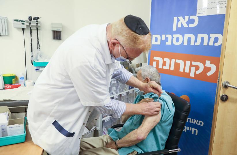 Phillip Brieff, un résident de Jérusalem, reçoit le troisième rappel COVID-19 dans une clinique de Meuhedet, le 1er août 2021. (Crédit: MARC ISRAEL SELLEM/THE JERUSALEM POST)