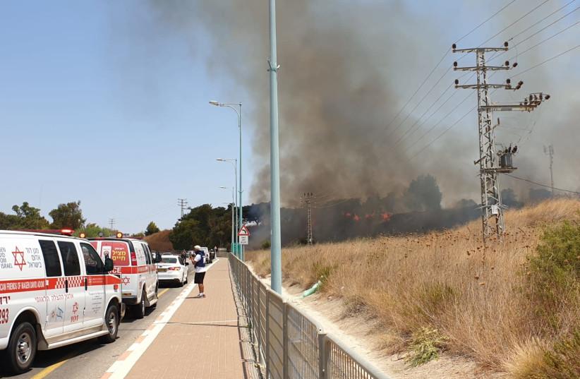 Site où une roquette est tombée près de Kiryat Shmona, le 4 août 2021 (Crédit photo : ERAN LAPEL/MAGEN DAVID ADOM)