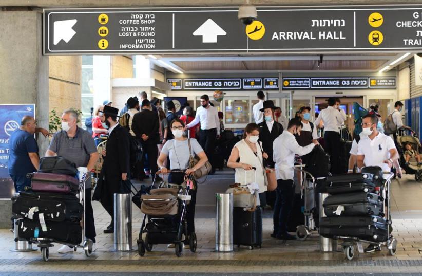 Israelis at Ben-Gurion Airport as coronavirus cases increase, August 5, 2021. (credit: AVSHALOM SASSONI/ MAARIV)