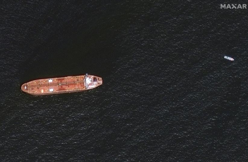 Une image satellite montre le pétrolier Mercer Street endommagé amarré au large de Fujairah, aux Émirats arabes unis, le 4 août 2021. (Crédit photo: MAXAR TECHNOLOGIES/HANDOUT VIA REUTERS)