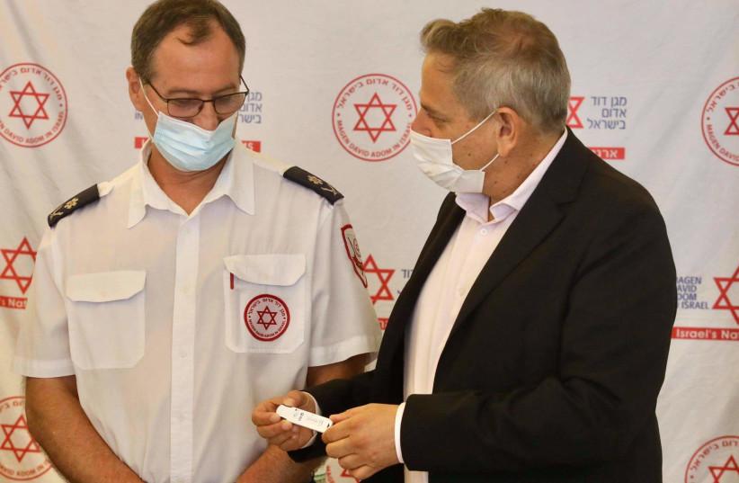 Sveikatos apsaugos ministras Nitzanas Horowitzas su nauju koronaviruso tyrimo rinkiniu Izraelyje, 2021 m. Rugpjūčio 8 d. (Nuotrauka: Mark Israel Slim/Jerusalem Post)