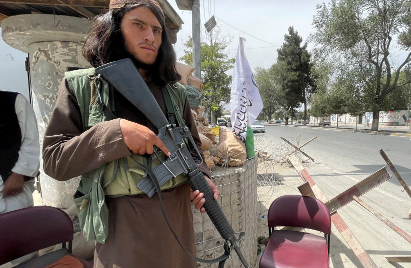 A member of Taliban forces keeps watch at a checkpost in Kabul, Afghanistan August 17, 2021. (credit: REUTERS/STRINGER)