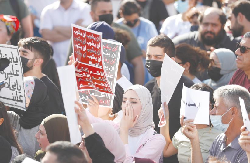 Des manifestants palestiniens assistent à une manifestation anti-Autorité palestinienne à Ramallah le mois dernier. (Crédit photo : MOHAMAD TOROKMAN/REUTERS)