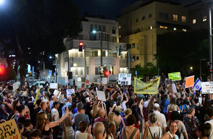 Business owners protest in front of Prime Minister Bennett's house (credit: Coby Eliyahu)