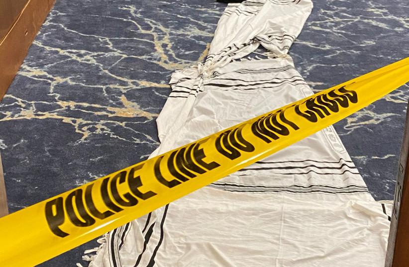 Se ve una cinta de la policía sobre un chal de oración judío esparcido en el piso de la sinagoga de Jabad en la sinagoga de Beaches después de que fue objeto de vandalismo y robo.  (crédito: Eli Goodman)