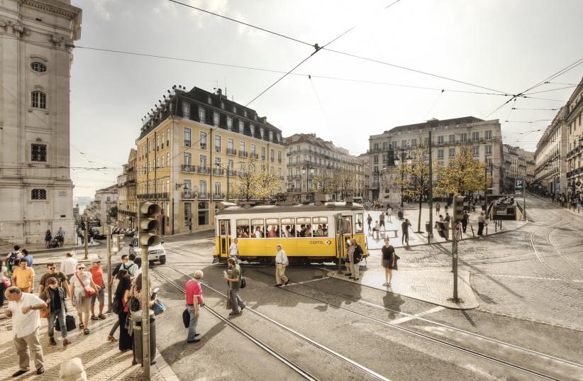 כיכר LUÍS DE CAMÕES, הממוקמת בלב ליסבון בין שכונת באיירו אלטו ובאיסה צ'יאדו.  האזור, 'Baixa de Lisboa' או מרכז העיר ליסבון, הוא מקום חובה לביקור בבירה.  (צילום: Chiado/Turismo de Lisboa)