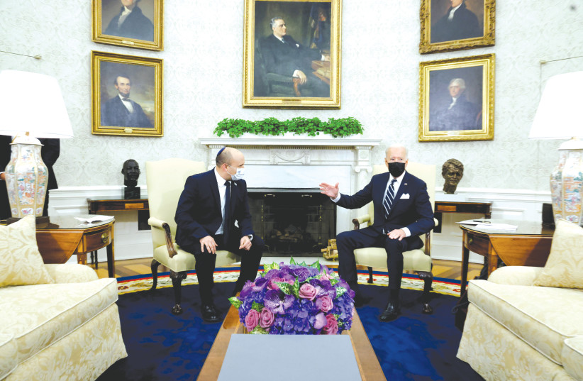 Le PREMIER MINISTRE Naftali Bennett et le président américain Joe Biden discutent lors d'une réunion dans le bureau ovale de la Maison Blanche à Washington la semaine dernière. (crédit photo : JONATHAN ERNST)