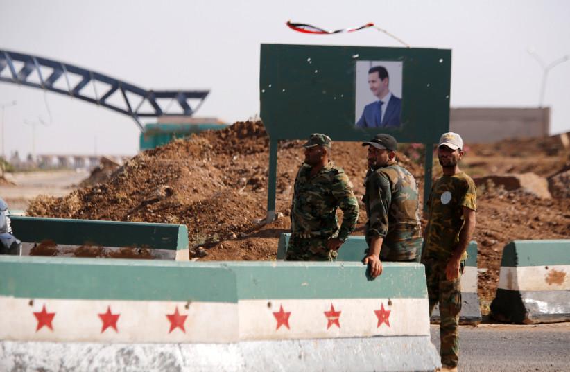 Des soldats syriens se tiennent au poste frontière de Nasib avec la Jordanie à Deraa, en Syrie, le 7 juillet 2018. (Crédit photo : REUTERS/OMAR SANADIKI)