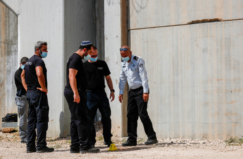 Police officers and prison guards at the scene of a prison escape of  six Palestinian prisoners, outside the Gilboa prison, northern Israel, September 6, 2021. Photo by Flash90 (photo credit: FLASH90)