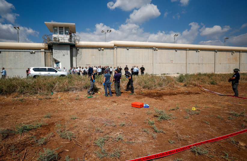 Des policiers et des gardiens de prison sur les lieux de l'évasion de six prisonniers palestiniens, à l'extérieur de la prison de Gilboa, dans le nord d'Israël, le 6 septembre 2021. (Crédit: FLASH90)