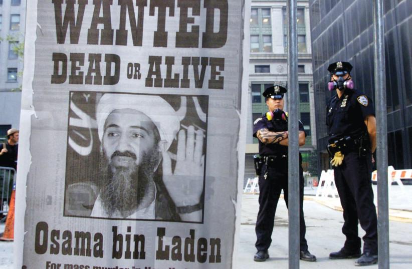 RECHERCHÉ : À LA RECHERCHE D'Oussama Ben Laden dans le quartier financier de New York, le 18 septembre 2001. (Crédit photo : REUTERS/RUSSELL BOYCE)