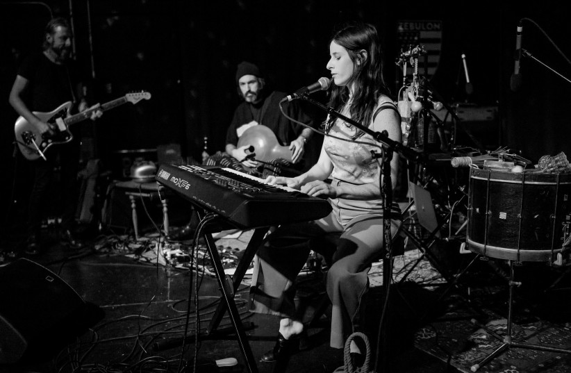Buzzy Lee (Sasha Spielberg) performing live at Zebulon Cafe in Los Angeles, California, on Monday, April 9, 2018. (credit: JUSTIN HIGUCHI FROM LOS ANGELES, CA, USA, CC BY 2.0, VIA WIKIMEDIA COMMONS)