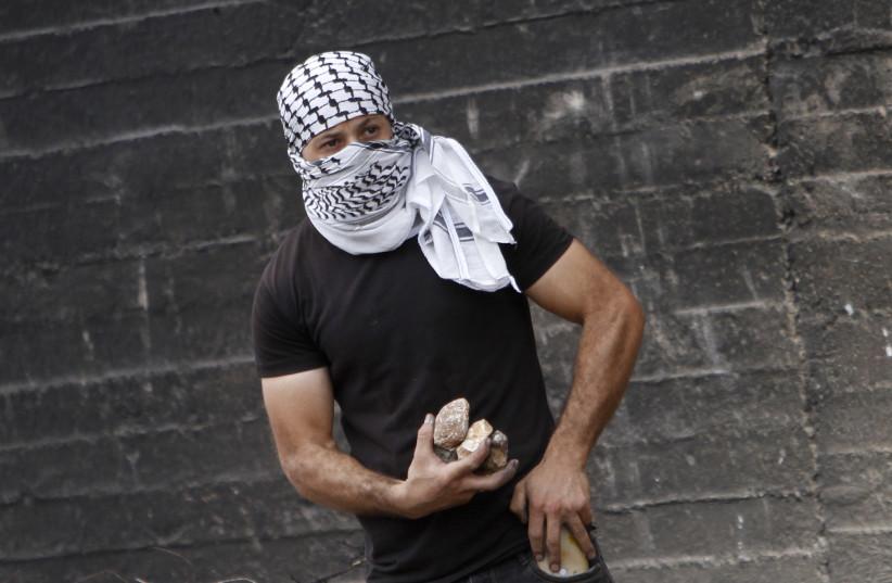 Des Palestiniens manifestent et affrontent les forces de sécurité israéliennes pour soutenir l'évasion des six prisonniers palestiniens de la prison israélienne de Gilboa dans le village de Kafr Qaddoum, à l'ouest de Naplouse en Cisjordanie, le 10 septembre 2021 (crédit : NASSER ISHTAYEH/FLASH90 )