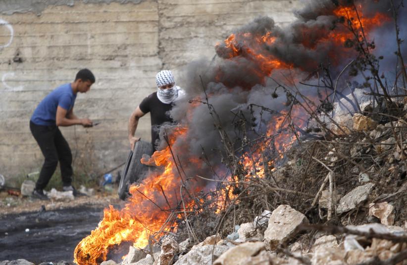 Des Palestiniens manifestent et affrontent les forces de sécurité israéliennes pour soutenir l'évasion des six prisonniers palestiniens de la prison israélienne de Gilboa dans le village de Kafr Qaddoum, à l'ouest de Naplouse en Cisjordanie, le 10 septembre 2021 (crédit photo : NASSER ISHTAYEH/ FLASH90)