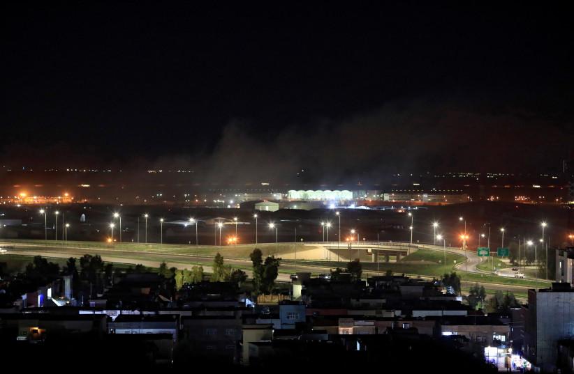 De la fumée s'élève au-dessus d'Erbil, après des informations faisant état d'obus de mortier atterrissant près de l'aéroport d'Erbil, en Irak, le 15 février 2021 (Illustration). (crédit photo : THAIER AL-SUDANI/REUTERS)