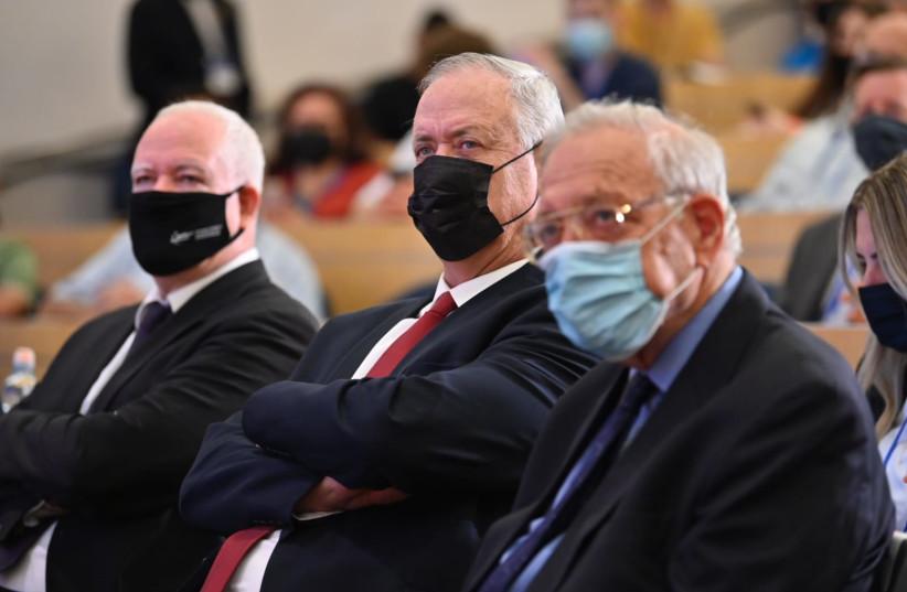 Left to right: Prof. Boaz Ganor, Benny Gantz, Prof. Uriel Riechman (credit: ANNA AHRONHEIM)