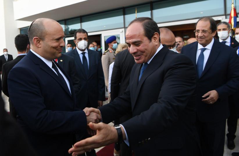 Le Premier ministre Naftali Bennett et le président égyptien Abdel Fattah al-Sisi le 13 septembre 2021. (Crédit photo : KOBI GIDEON/GPO)