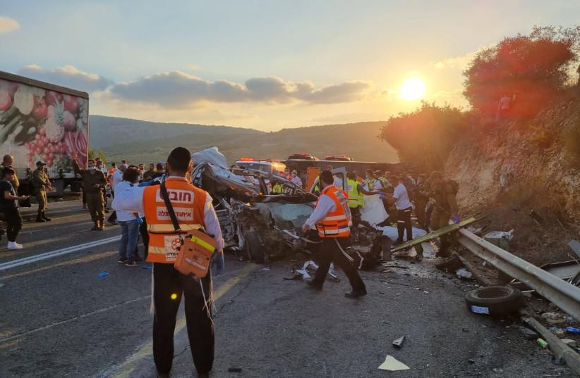 حاول فريق الإطفاء والإنقاذ ماجن ديفيد أدوم ومسعفي هدسون المتحدة إجلاء الضحايا في حادث تحطم حافلة في الجليل ، مما أسفر عن مقتل خمسة أشخاص على الأقل وإصابة العشرات في تصادم شاحنة وسيارة.  (الائتمان: United Hatsala)
