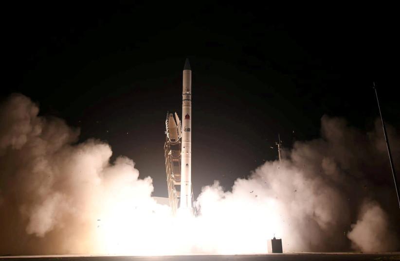 Le satellite OFEK-16 est tiré dans l'espace dans le centre d'Israël, le 6 juillet 2020. (Crédit: Bureau du porte-parole du ministère de la Défense/Document via Reuters)