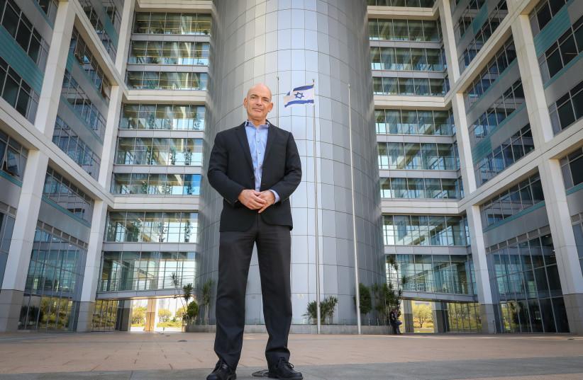 Le développeur d'Iron Dome, le Dr Danny Gold, se concentre au laser sur les armes israéliennes de nouvelle génération (crédit: MARC ISRAEL SELLEM/THE JERUSALEM POST)