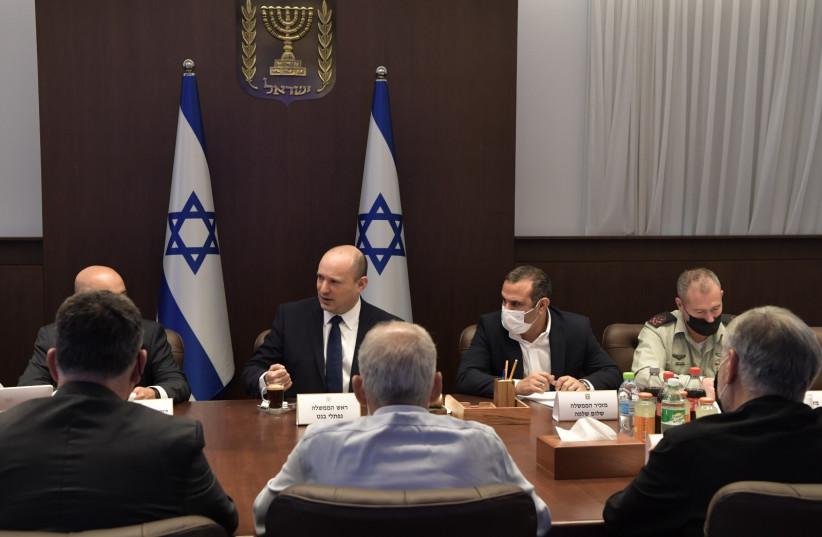 Naftali Bennett s'exprimant lors de la réunion du cabinet sur la lutte contre la violence et la criminalité dans le secteur arabe, le 3 octobre 2021. (Crédit photo: KOBI GIDEON/GPO)