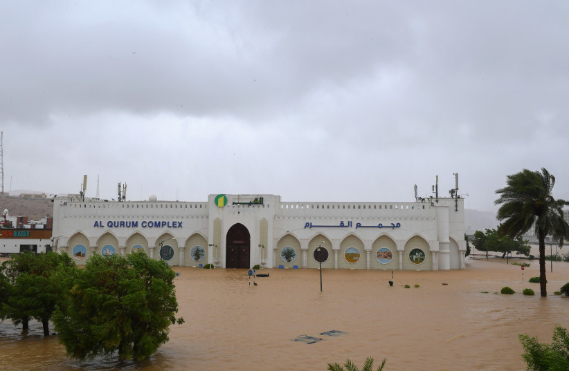 O estacionamento do Complexo Al Qurum é inundado quando o ciclone Shaheen atinge a costa de Muscat Oman, em 3 de outubro de 2021. (crédito: OMAN NEWS AGENCY / HANDOUT VIA REUTERS)
