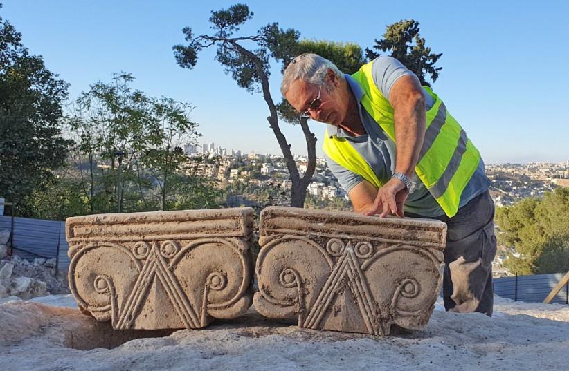 Διευθυντής Ανασκαφής, Yakov Bilig, συμπεριλαμβανομένου του Capital.  (Πίστωση: YOLI SCHWARTZ / IAA)