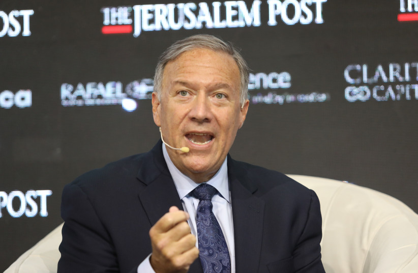 L'ancien secrétaire d'État américain Mike Pompeo s'exprimant lors de la conférence annuelle du Jerusalem Post, le 12 octobre 2021. (Crédit photo : MARC ISRAEL SELLEM)