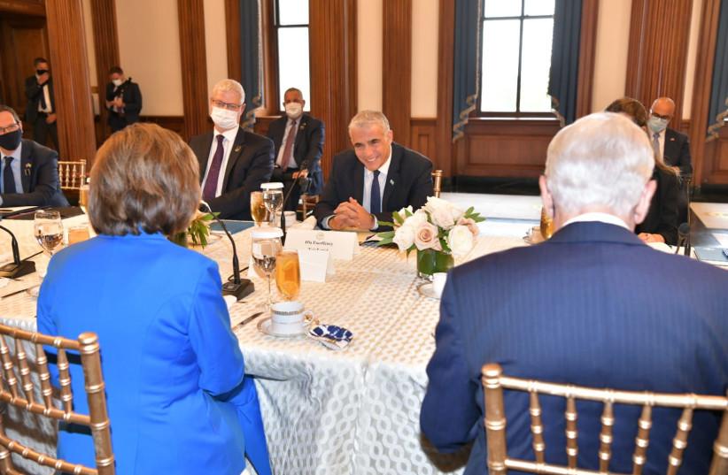 وزير الخارجية يائير لابيد يزور رئيسة مجلس النواب الأمريكي نانسي بيلوسي في 12 أكتوبر 2021 (Credit: OZ AVITAL / GOVERNMENT PRESS OFFICE)