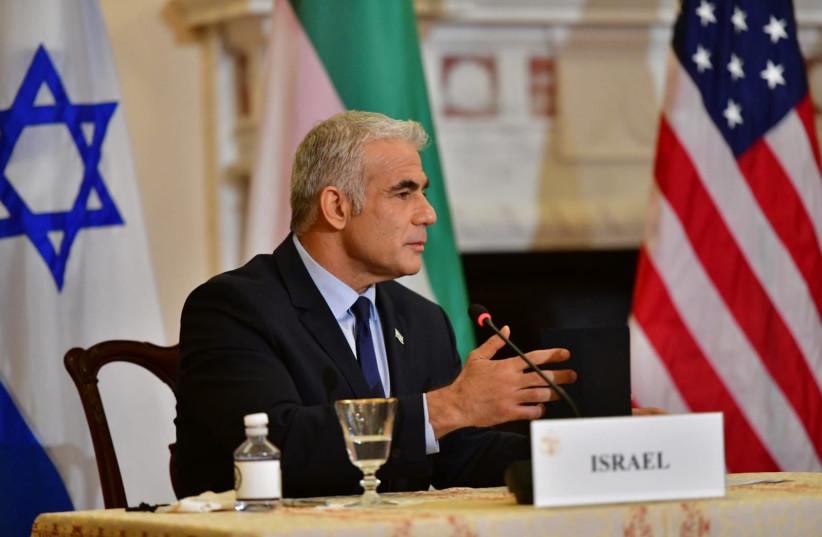O Ministro das Relações Exteriores Yair Lapid fala em uma entrevista coletiva em Washington em 13 de outubro de 2021 (crédito da foto: SHLOMI AMSALEM / GPO)