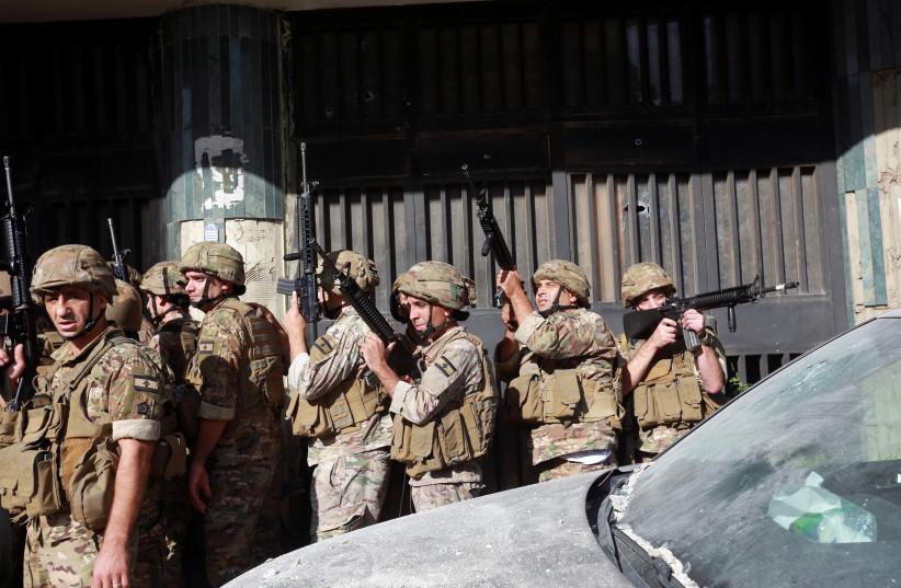 Des soldats de l'armée sont déployés après que des coups de feu ont éclaté à Beyrouth, au Liban, le 14 octobre 2021. (crédit : AZIZ TAHER/REUTERS)